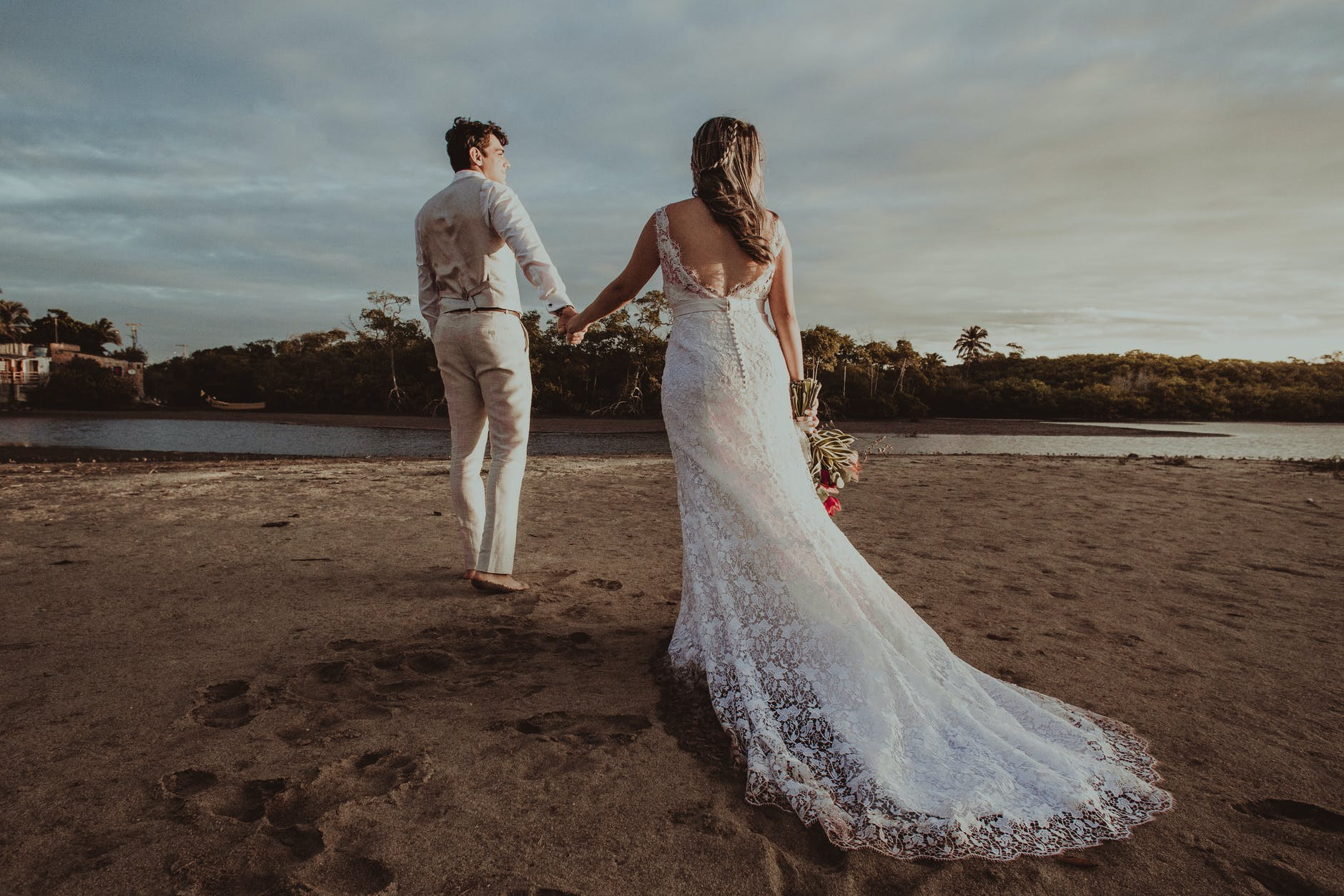 朋友晒结婚照幽默评论 怎么幽默评论别人的结婚照