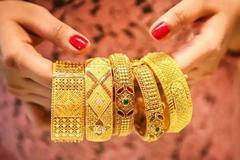 珠宝店顾客买结婚三金祝福语