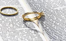 订婚戒指买黄金还是钻戒