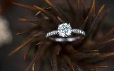 订婚钻戒与结婚钻戒的区别