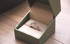 订婚和求婚戒指要分开买吗