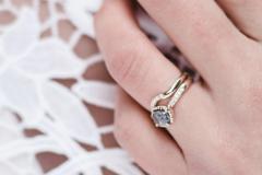 求婚的戒指和结婚的戒指都戴同一个手吗