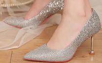 红色秀禾服配银色高跟鞋可以吗