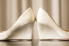 结婚下车给新娘换鞋是谁